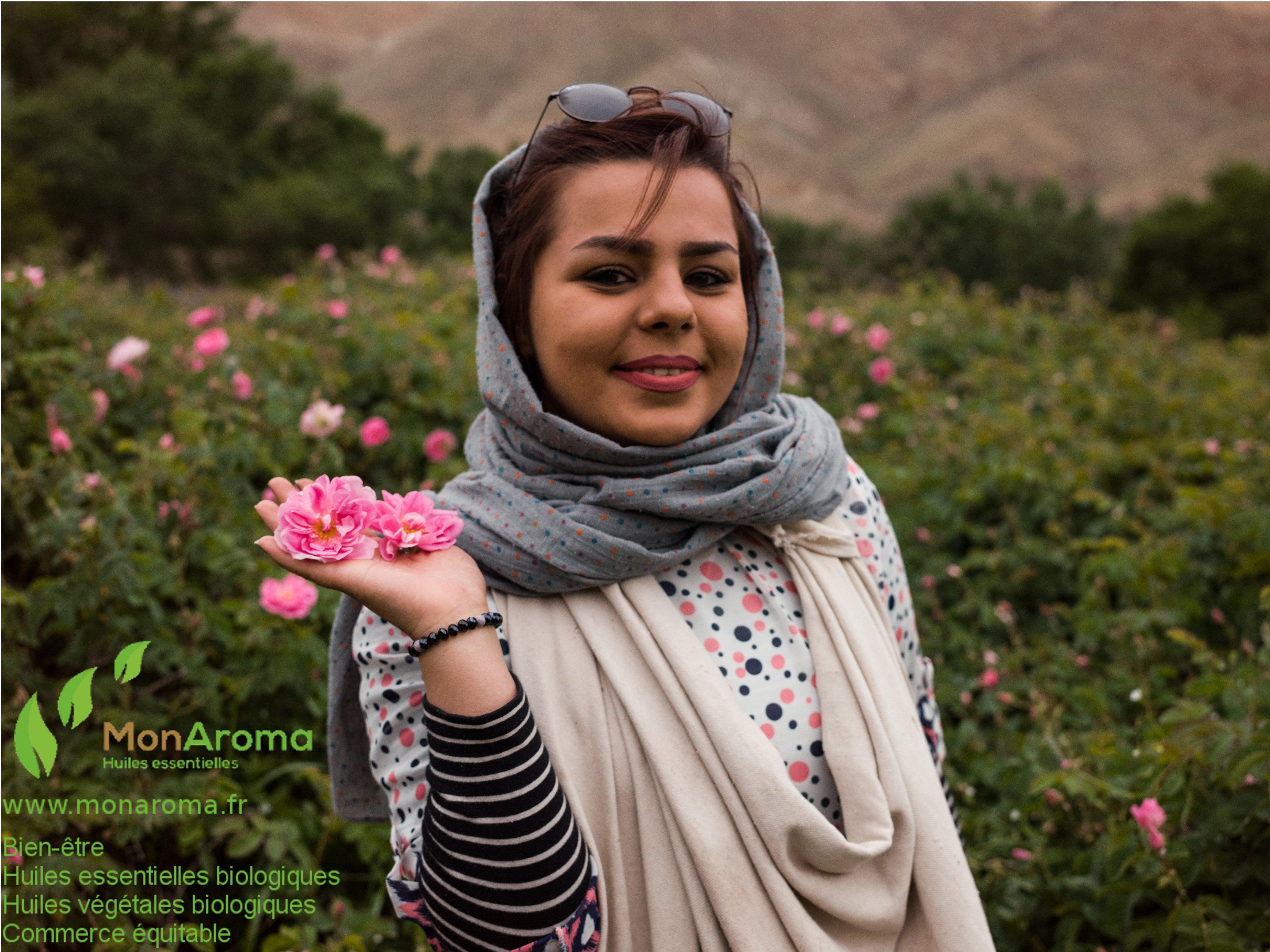 Jeune fille aux roses avec Logo MonAroma